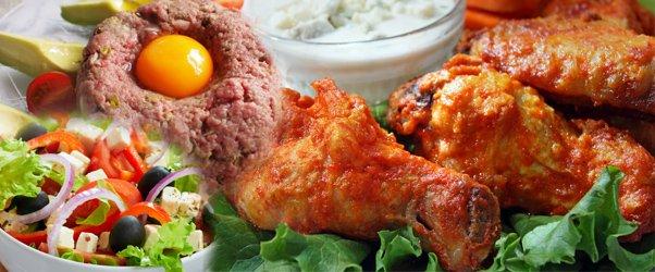 Tataráček s topinkami, kuřecí řízečky, kuřecí špalíčky, pečená křidýlka a salátek z čerstvé zeleniny v restauraci Ekvádor