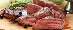 Masová nálož vepřových a kuřecích steaků s přílohami a omáčkou v restauraci Ekvádor