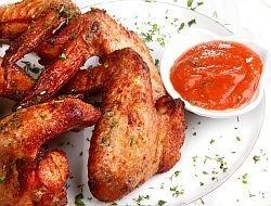 Kilo marinovaných pikantních křídýlek s domácí BBQ omáčkou a salátem v restauraci Ekvádor